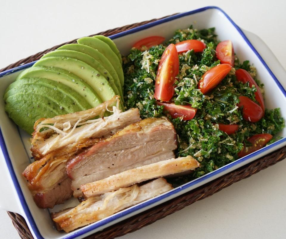 Receta: Panza de Cerdo con Ensalada de Kale y Quinua con Agucate