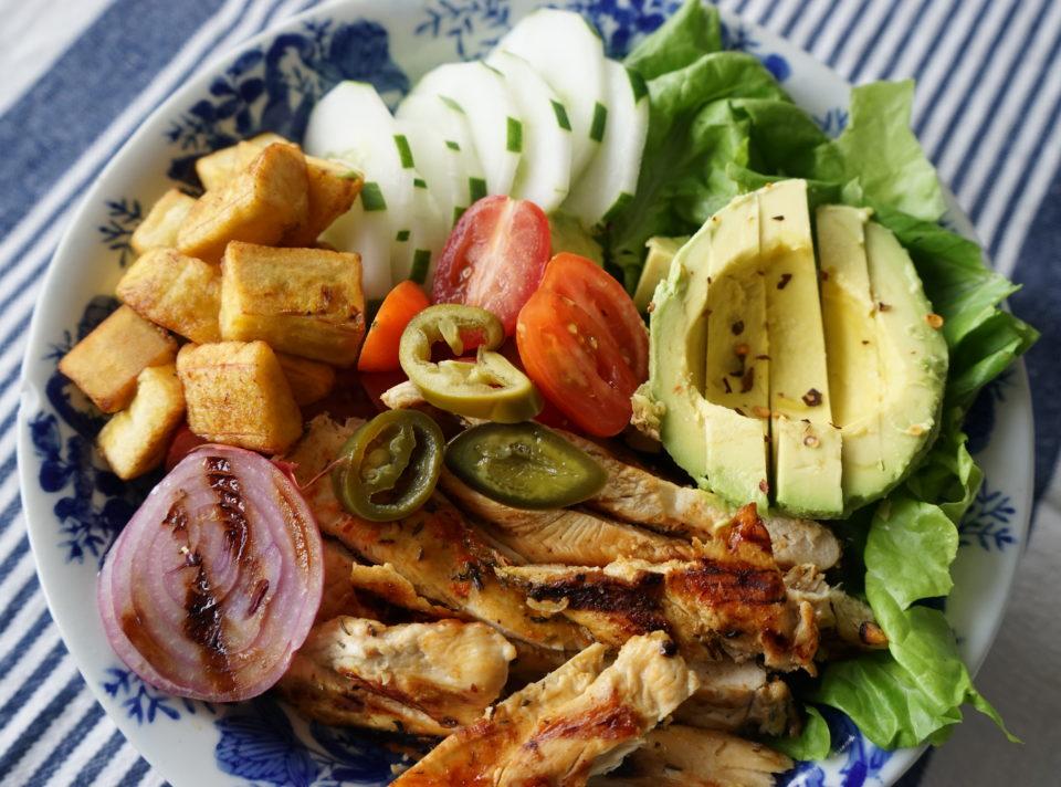 Bowl de Ensalada con Pollo al Grill y Vegetales