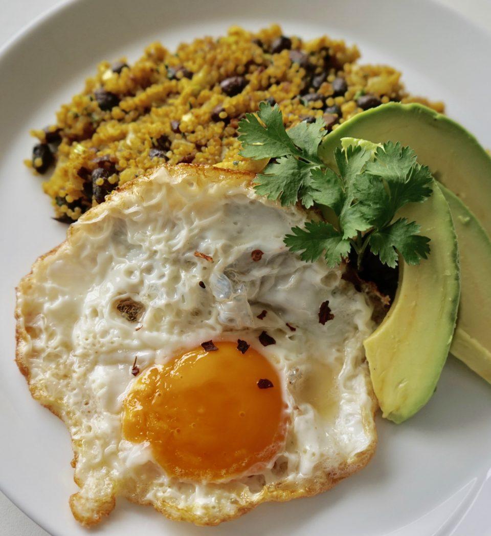 Moro de Frijol Negro Germinado con Huevo Frito y Aguacate