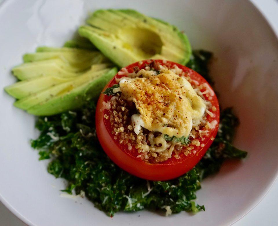 Tomate Relleno con Quinua y Carne sobre Kale y Aguacate