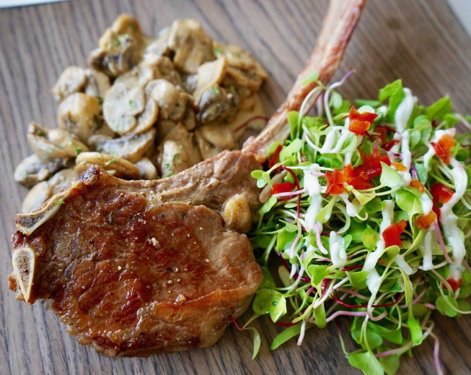 Tomahawk Steak con Champiñones Dijon y Ensalada de Germinados